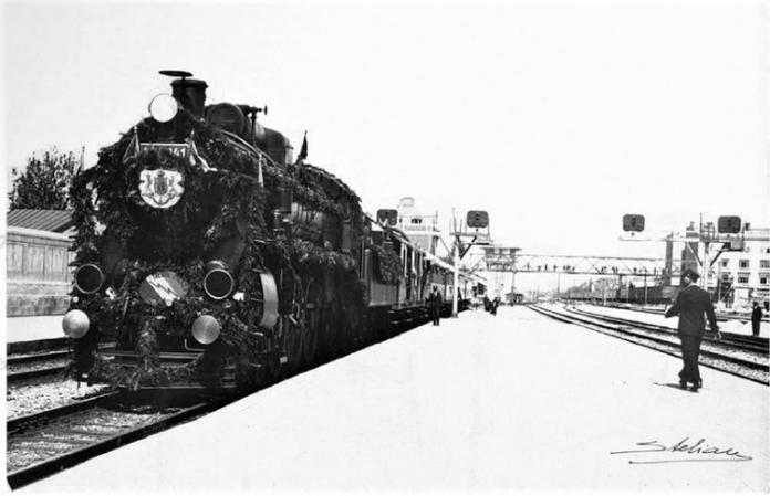 """Trenul Fulger """"Regele Carol I"""" în Gara de Nord"""