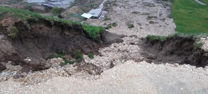 Terenul se surpă pe malul Canalului, la Nădodari foto: FB/Reporter